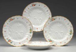 """Vier Dessertteller aus dem """"Schwanenservice"""" Weiß, glasiert. Reliefdekor. Polychrome Bemalung."""