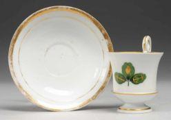 Biedermeier-Tasse mit UT Weiß, glasiert. Tasse in Glockenbecherform. Hochgezogener Schwanenhenkel