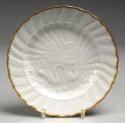 """Teller """"Schwanendessin"""" Weiß, glasiert. Gemuldete Form mit gebogtem Rand. Reliefzierrat. Goldene"""