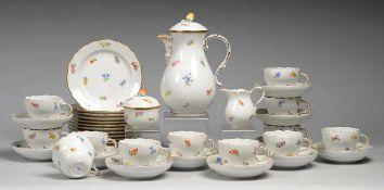 """Kaffeeservice """"Streublume"""" für zwölf Personen 39-tlg. Weiß, glasiert. 12 Gedecke u. Kernstück."""