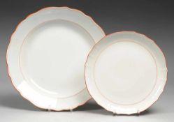 """Paar Rundplatten """"Koralle mit Grau"""" Weiß, glasiert. Form """"Neuer Ausschnitt"""". Korallrote Spiegelfäden"""