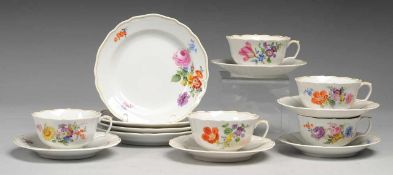"""Vier Teegedecke mit Blumenmalerei Weiß, glasiert. Form """"Neuer Ausschnitt"""". Dazu weitere Tasse mit"""