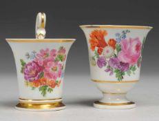Zwei Biedermeier-Tassen mit Blumenmalerei Weiß, glasiert. Über Rundfuß glockenförmige Tasse.