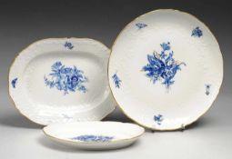 """Drei Platten """"Blaue Blume"""" Weiß, glasiert. Runde bzw. ovale Form. Fahnen mit Reliefdekor """""""