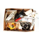 Konv. mit versch. Karten, technischen Geräten und Guss-/Blechschildern, teilw. als echtes
