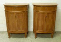 Paar Kirschbaum-Konsolschränkchen, um 1910 Front gerundet, 2 Türen, Füllungen zw. Pilastern,