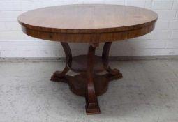Art deco-Tisch, um 1920 Mahagoni, rund, 3 eingeschwungene Beine, Ablageplatte, 77x121 cm
