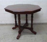 Tisch, um 1900 Mahagoni, 8-Eckig, historistisch, 4- Beiniges Drechselgestell, 75x84 cm