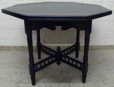 Tisch, deutsch um 1900 Holz schwarz lackiert, oktogonal, Gestell verstrebt, 68x88 cm