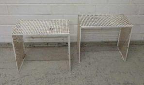Paar Design-Beistelltische, 1970er Jahre gebogenes Lochblech, weiß lackiert, rechteckig, 45x53x32