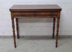 Spieltisch, England, um 1860 Mahagoni, gedrechselte Beine, gerade Zarge, rechteckige Platte dreh-