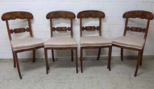 4 Biedermeier-Stühle, um 1830 Mahagoni, Säbelbeine, gebogenes, geschweiftes Lehnbrett- und Strebe,