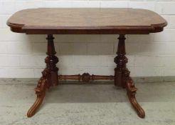historistischer Tisch, um 1880 Nussbaum, 4-füssiges Gestell, Balusterstreben, rechteckige Platte