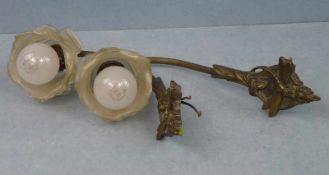 2 Wandlampen, 2.H. 20.Jh. Bronze, kl. Schild: Libelle auf Seerose, gebogener Arm, matt klare