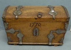 Kleine Truhe, E.18.Jh. Eiche, Runddeckel, orig. Eisenbeschläge u. Schloss, dat. 1770, Riss im