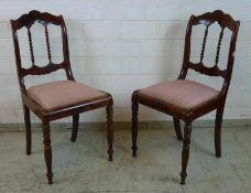 Paar Biedermeier-Stühle, um 1840 Mahagoni, Drechselbeine, Sitz gep., verstrebter, geschweifter