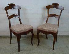 Paar Biedermeierstühle, um 1840 Mahagoni, geschweifte Zarge, Beine u. Rücken, Sitz gep., H/Sh 97/