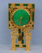 Kaminuhr, 70er Jahre vergoldeter Metallguss, dreibeiniger Unterbau aus kleinen kubischen Stäben