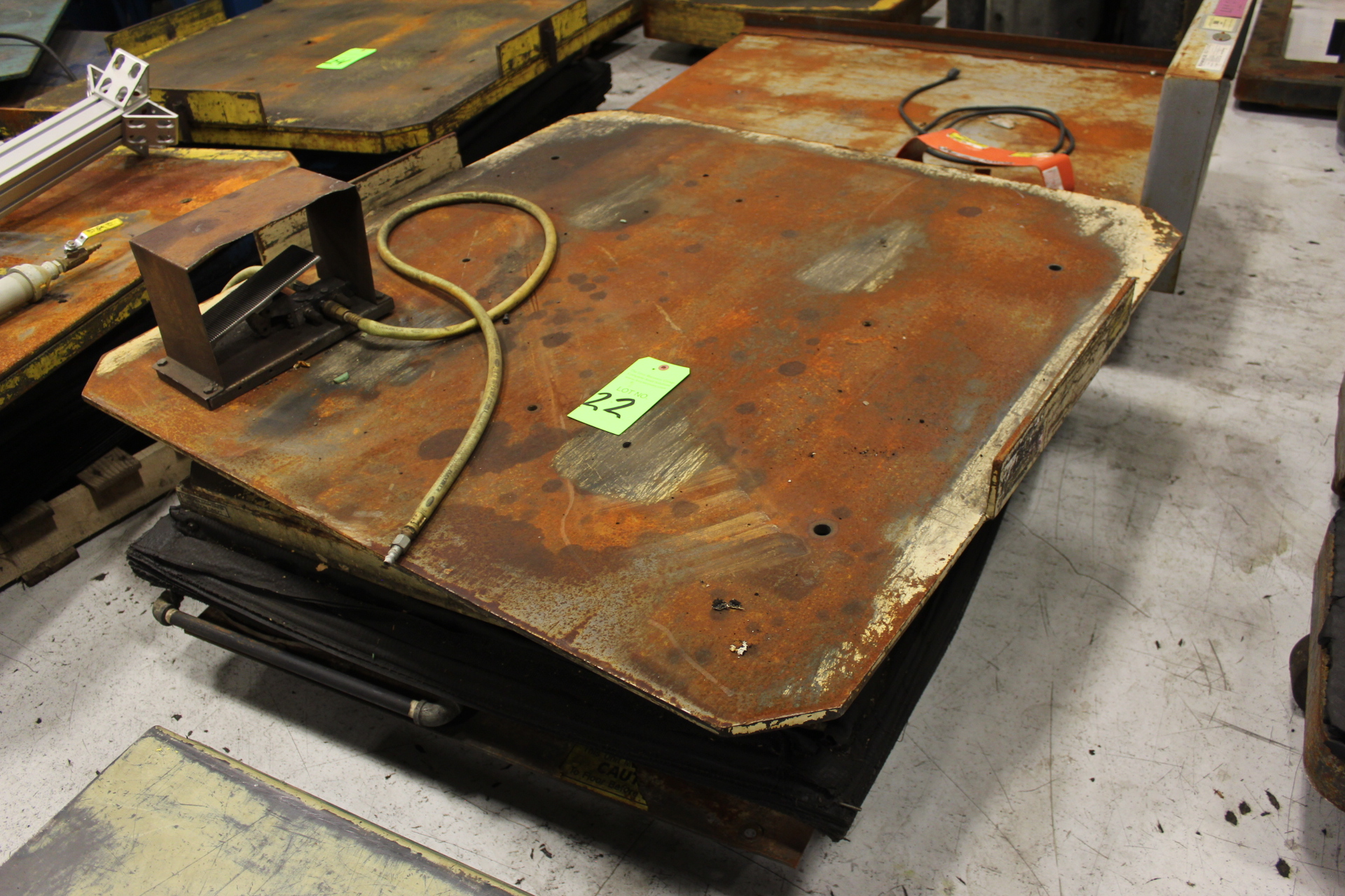 Lot 22 - Air Lift Rotary Table