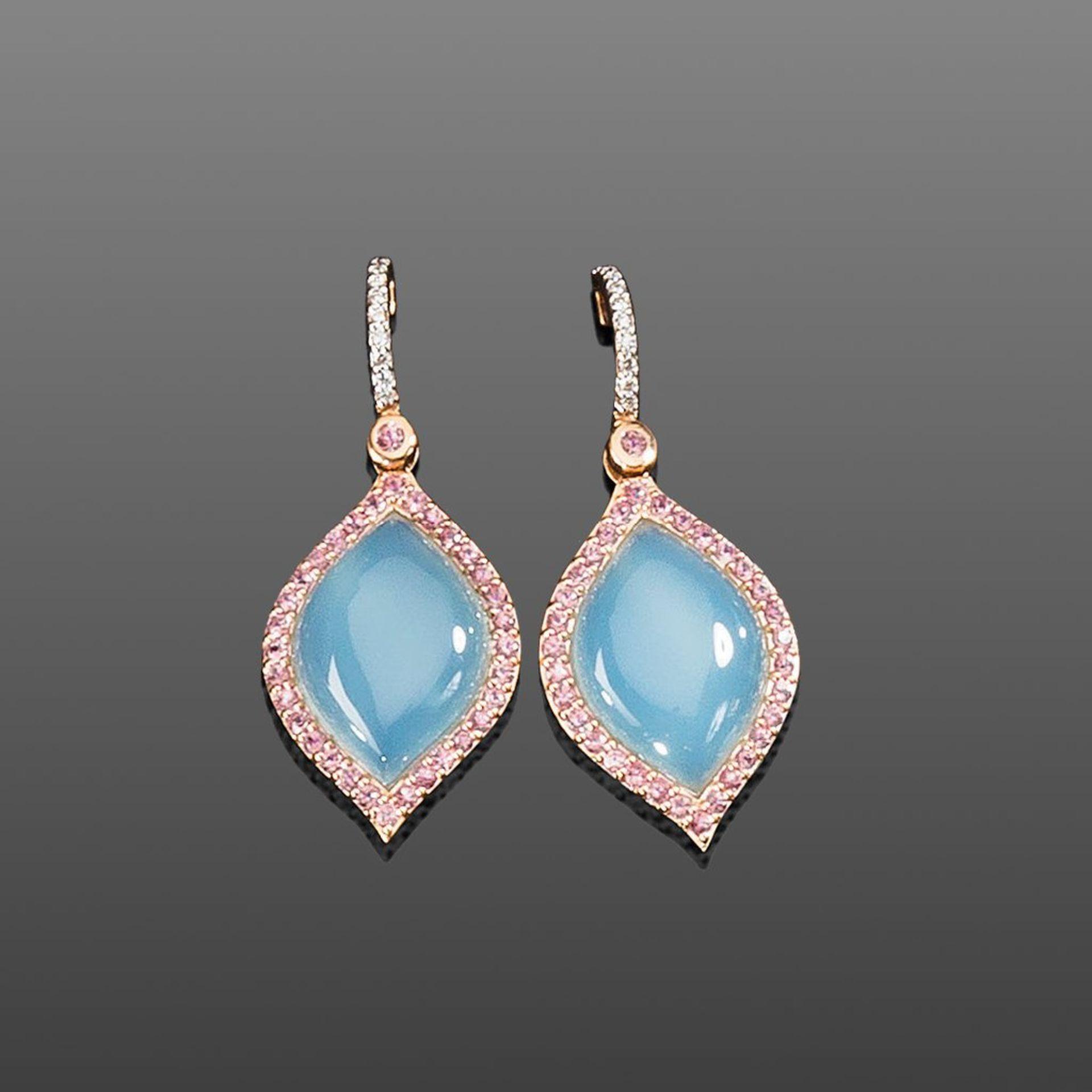 Paar Chalcedon-Ohrstecker. Chalcedone und pinkfarbene Saphire ca. 17,23 ct. Brillanten ca. 0,11
