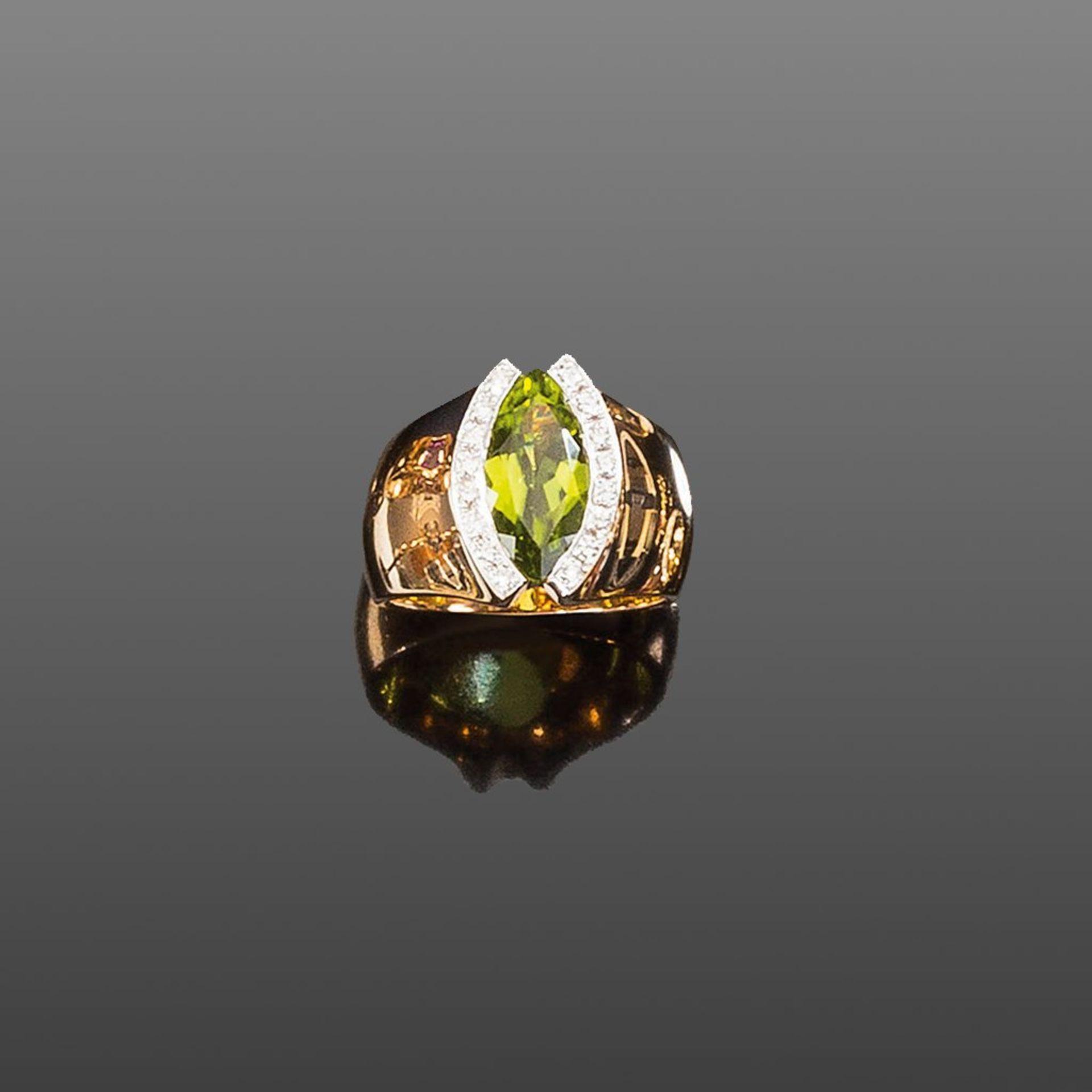 Peridot-/Brillantring. Navettförmiger facettierter Peridot ca. 2,90 ct. Brillanten ca. 0,25 ct.
