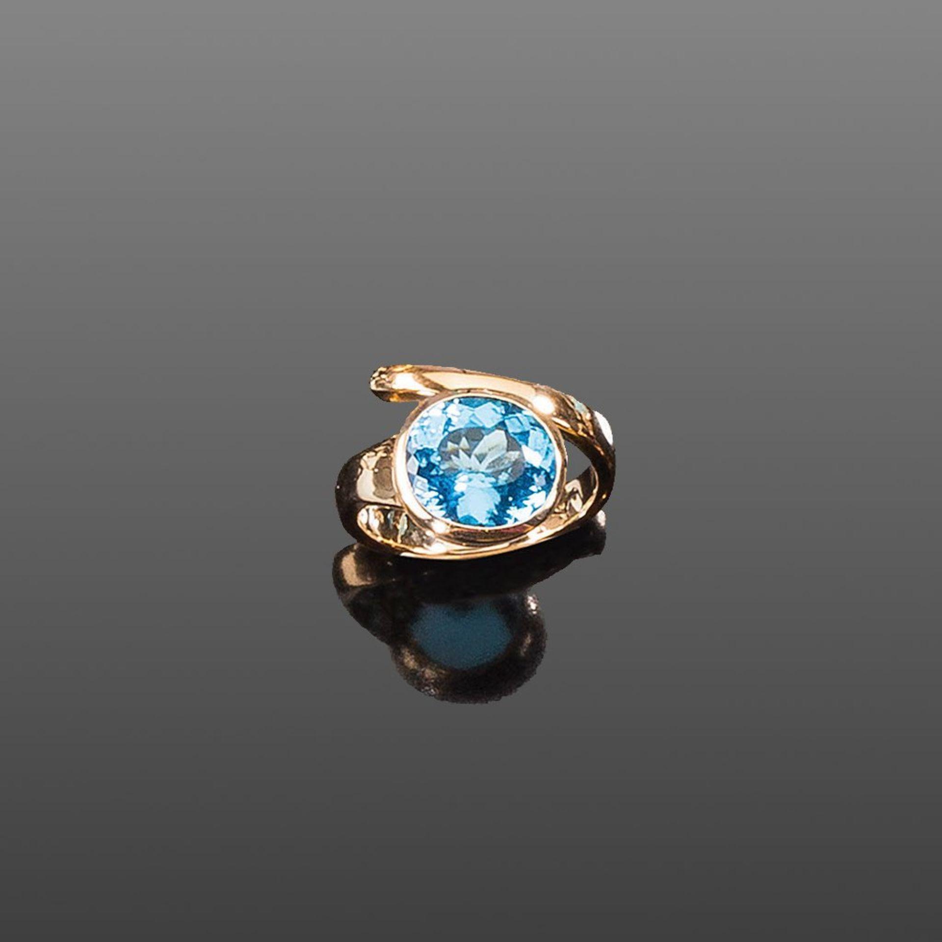 Blautopasring. Ovaler Blautopas ca. 5,75 ct. Fassung 14 ct. Roségold
