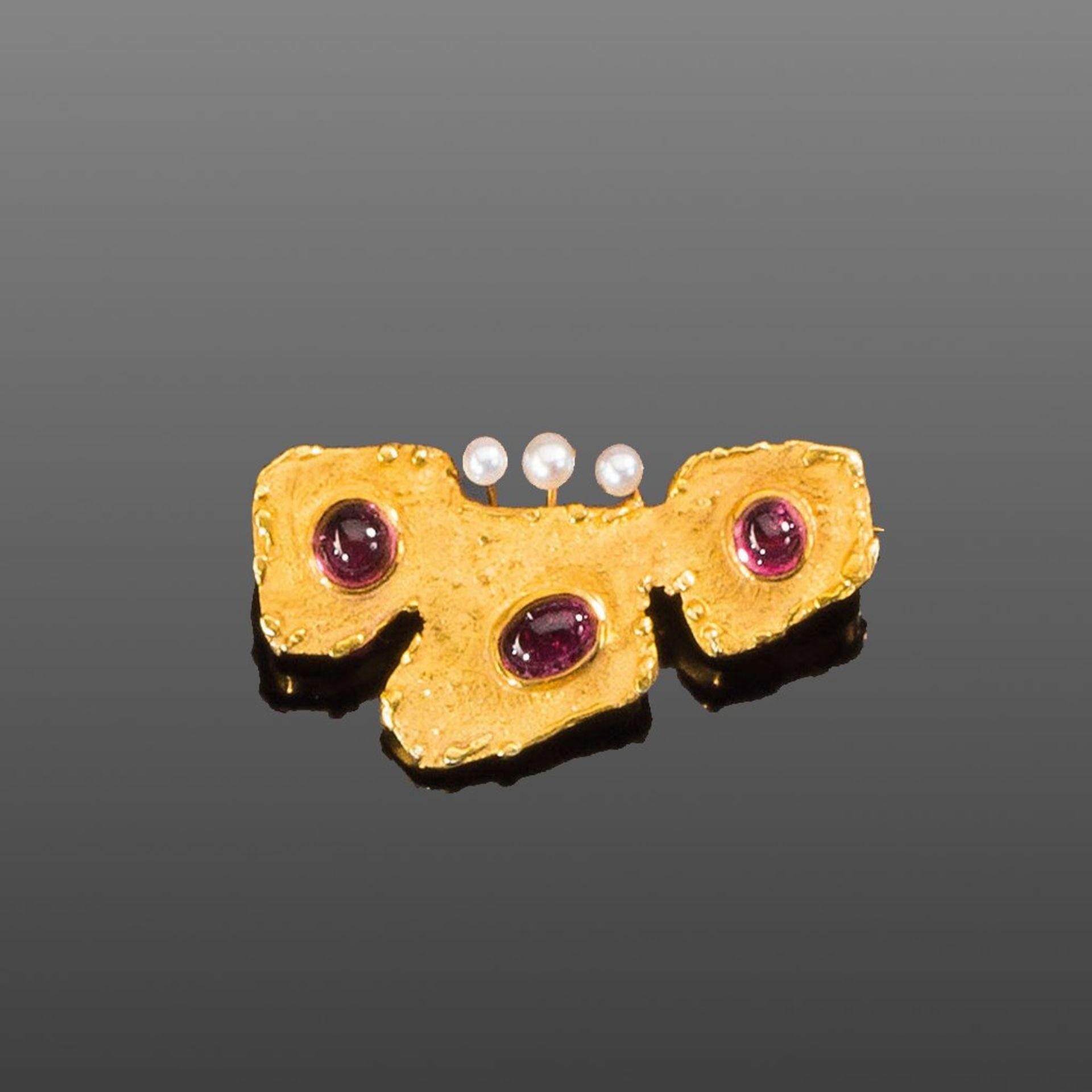 Turmalinbrosche. Drei Turmalin-Cabochons und drei Perlen in 14 ct. GG-Fassung. 6 g. L 4 cm
