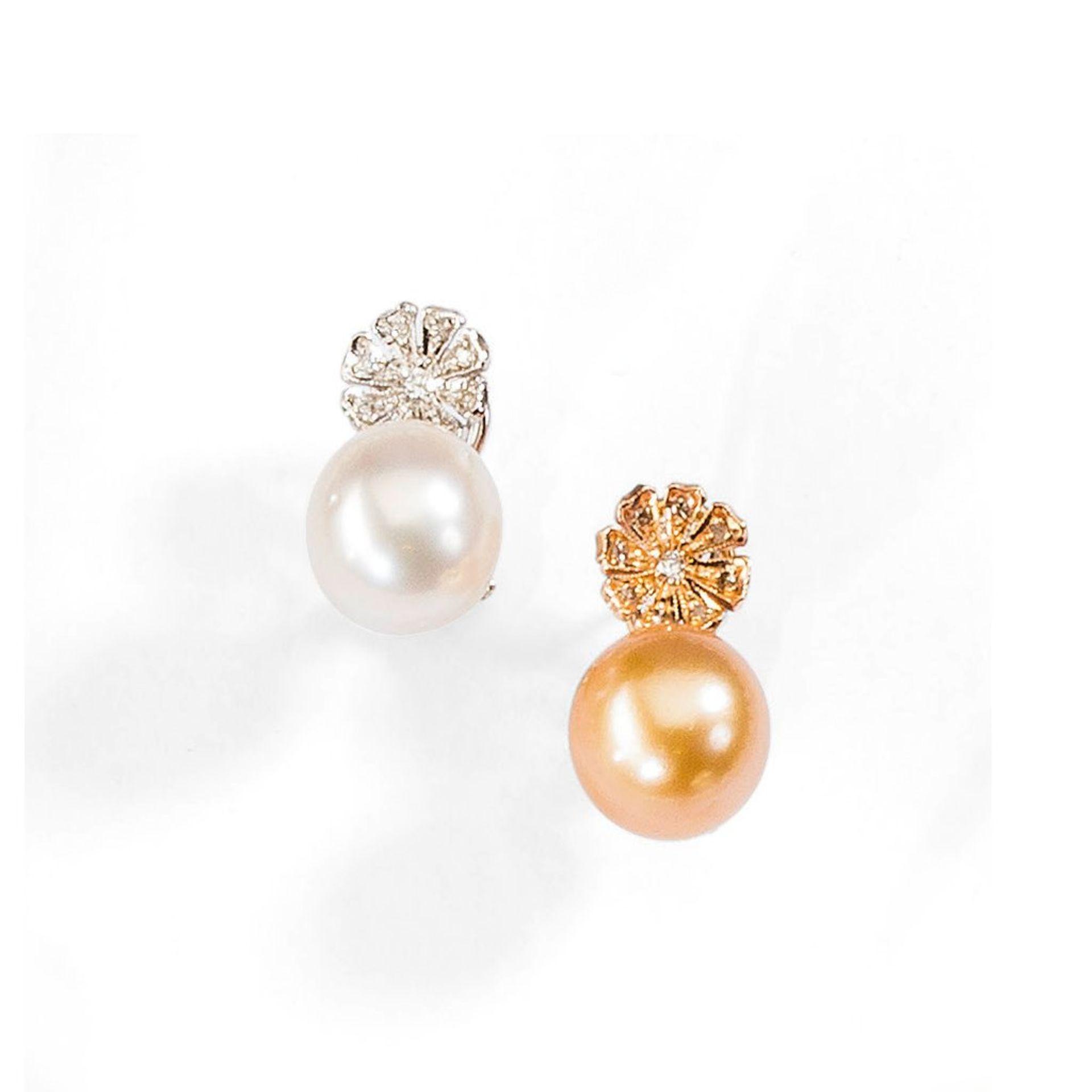 Paar prachtvolle Perl-/Brillantohrclips. Goldfarbene und weiße Perle, Ø 13 mm. Brillanten ca. 0,27