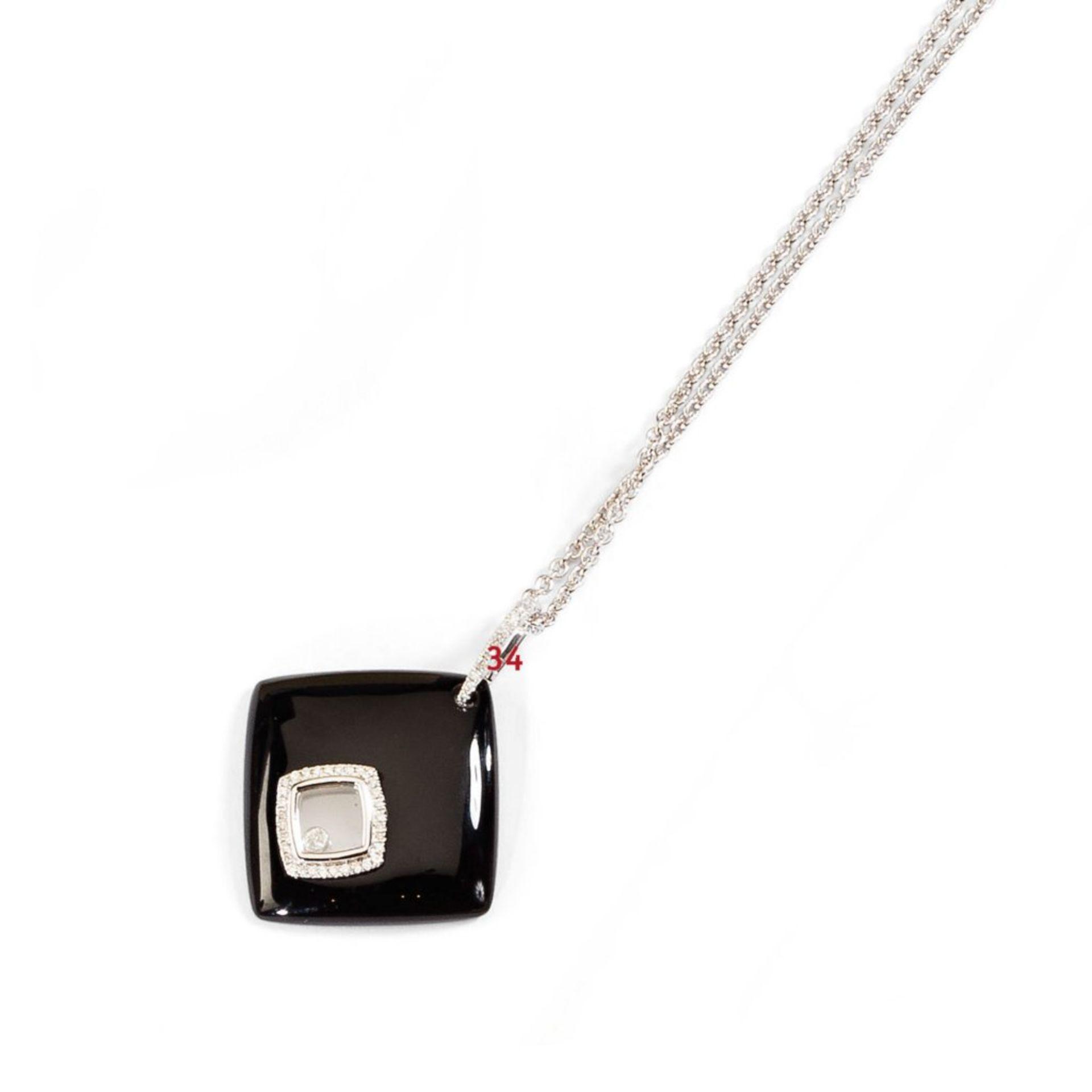 Onyx-/Diamantanhänger. Diamanten ca. 0,25 ct. Fassung 18 ct. WG. Dazu Ankerkette in 14 ct. WG, L
