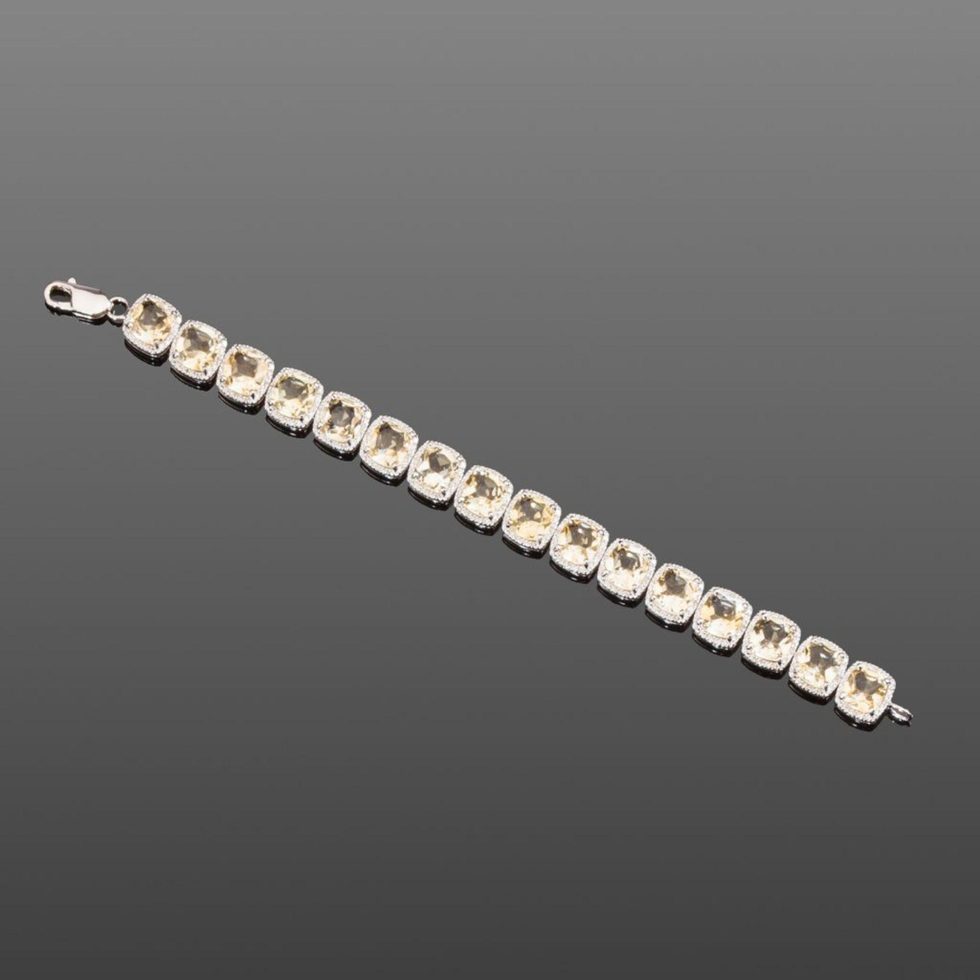 Citrin-/Diamantarmband. 16 helle Citrine im Kissenschliff, ca. 32 ct. Kleine Diamanten ca. 0,25