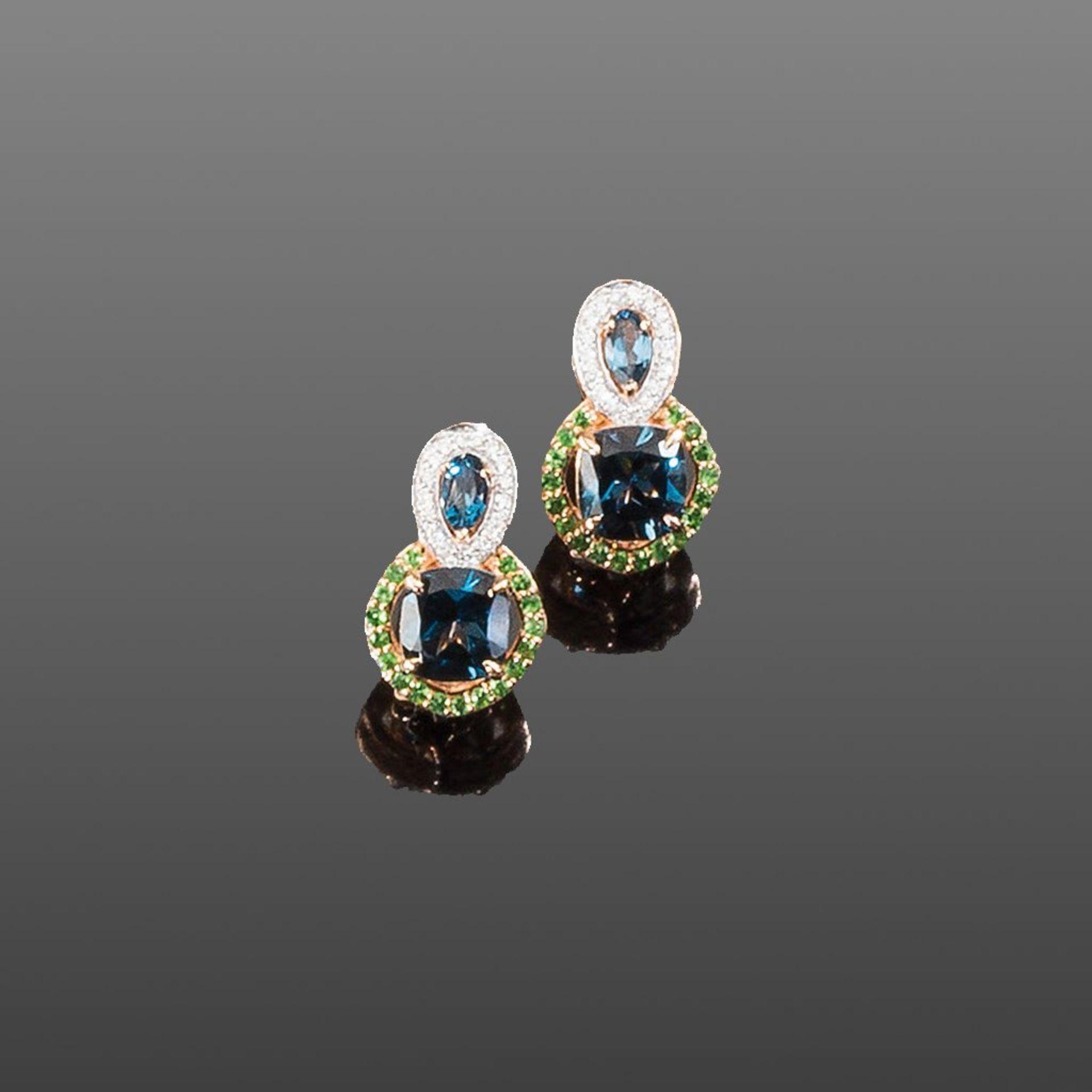 Paar Blautopas-Ohrclips. Blautopase London blue und Tsavorite ca. 4,58 ct. Brillanten ca. 0,17 ct.