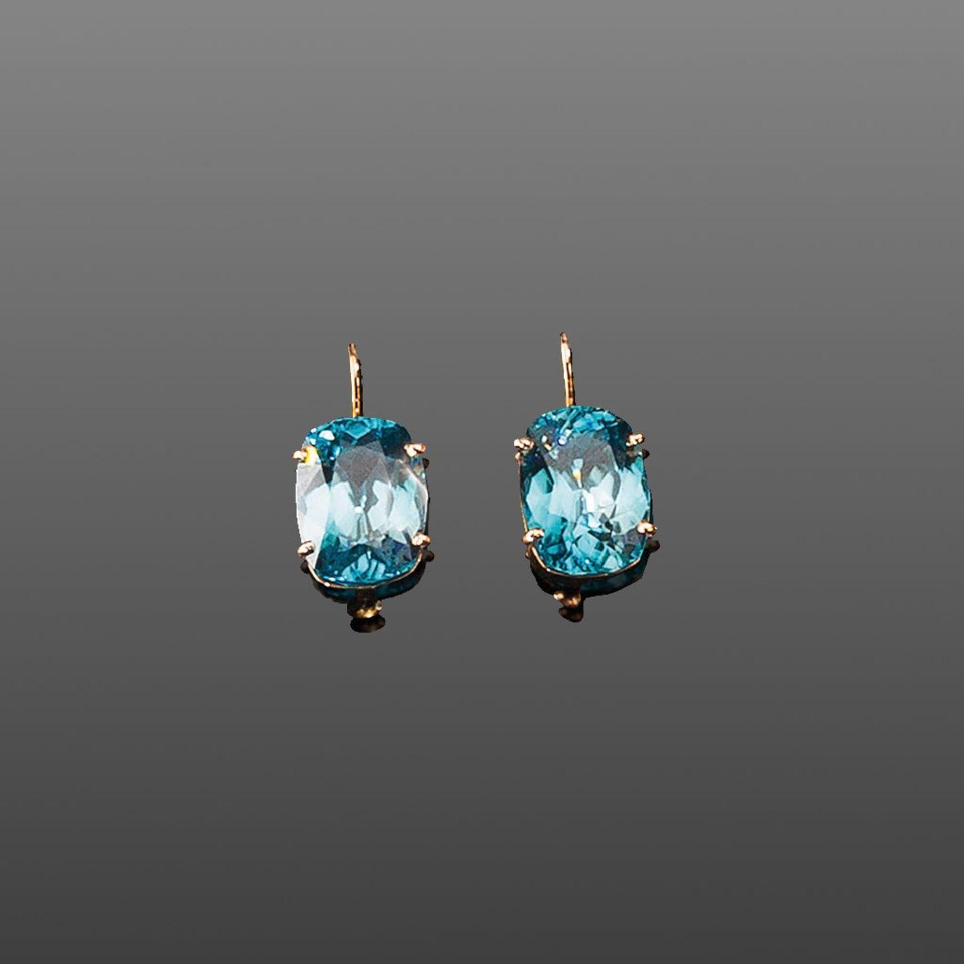 Paar Zírkonohrringe. Feine blaue Zirkone ca. 9,50 ct. Fassung 18 ct. RG mit Antik-/Hakenbrisur