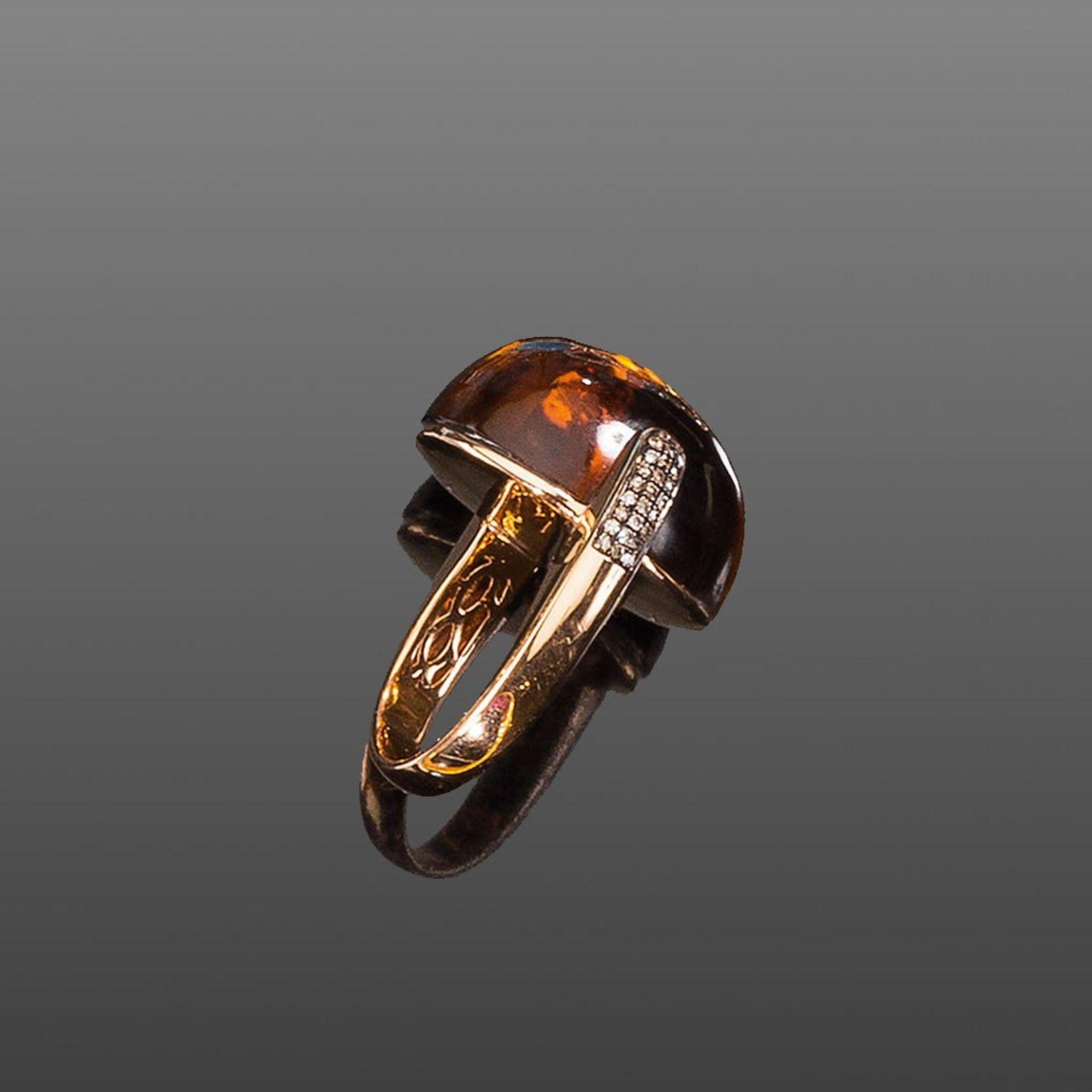 Citrin-/Diamantring. Großer Citrincabochon ca. 42,95 ct. Braune Diamanten ca. 0,25 ct. Fassung 18