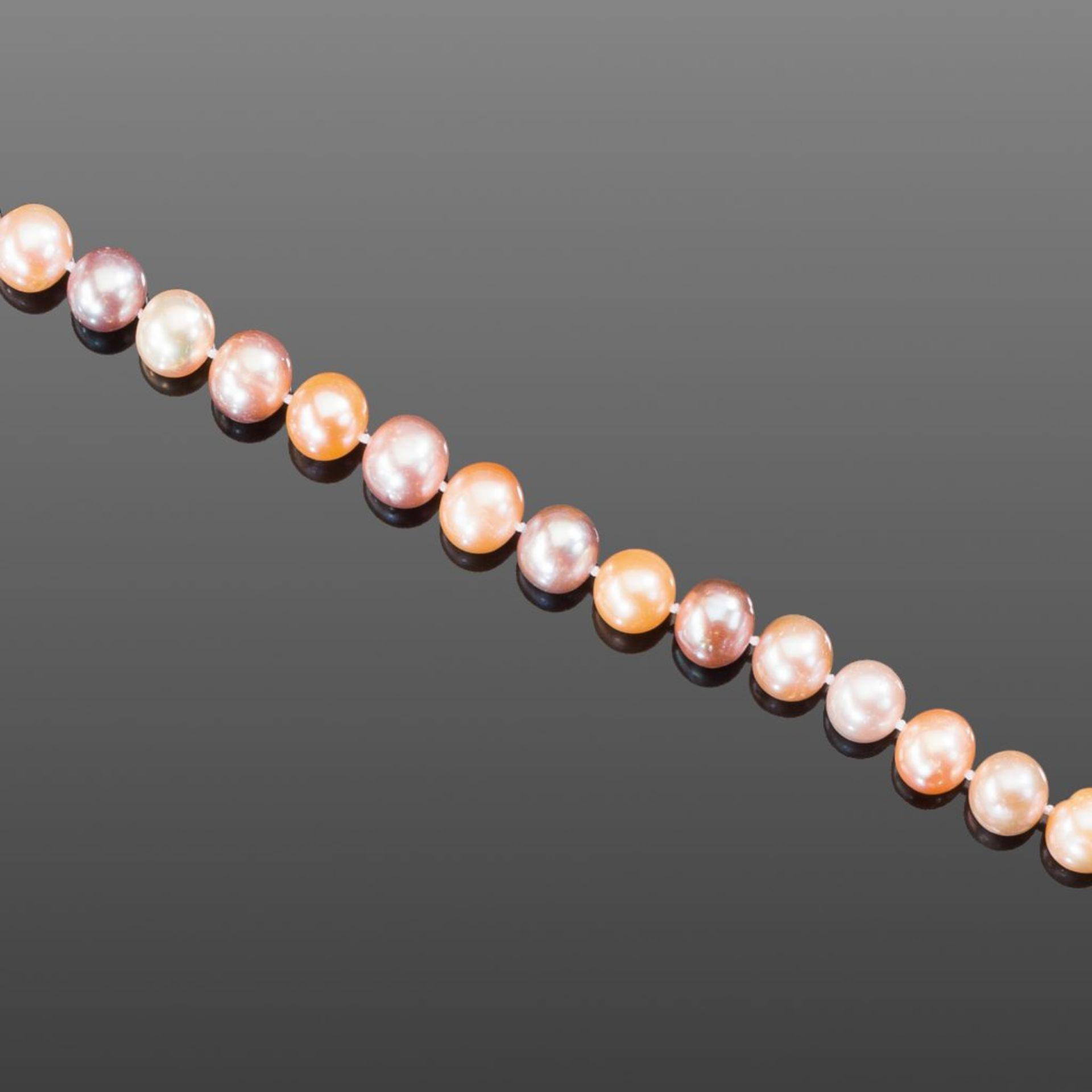 Süßwasser-Zuchtperlenkette. Perlen in zarten Pastelltönen, Ø 11 - 12 mm. Kugelschloss in 14 ct.