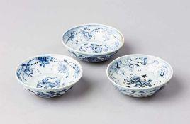 Satz von drei Ming-Schälchen. Unterglasurblaue Bemalung mit Kilin, Girlanden und Blüten. China, 2.