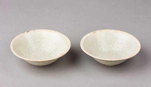 Paar Sung-Kummen. Reliefdekor mit Lotosblüten und Mäander. Unglasierter Lippenrand mit Resten von
