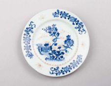 Chien-lung-Teller. Unterglasurblaue Bemalung: Päonienzweige und Elsternpaar. Feine, rot abgesetzte