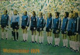 Fußball Nationalmannschaft Autograph Plakat wohl aus Starschnitt (auf Platte aufgezogen) der