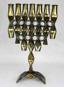 Menora Leuchter Neuzeitlich. Messing, gedrückt. Größe ca. 45 x 28 cm. Altersbedingter Zustand, nicht