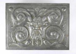 Jugendstil Kassette deutsch um 1900. Zinn, reich floral reliefiert mit Holz ausgelegt und