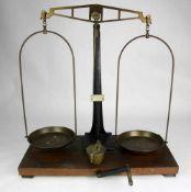 Balkenwaage Deutsch 19. Jahrhundert. Auf Holzgestell montierter Gußkorpus mit Messingwaage und