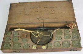 Goldwaage Frankreich 17. Jahrhundert, datiert 1664. Im originalen Holzkästchen, Gewichtssatz