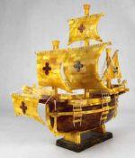 Bernstein Schiff Baltikum 20. Jahrhundert. Sauber gearbeitete Galeone in hellem butterscotch und