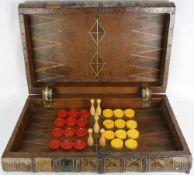 Backgammonspiel In Form eines alten Buches mit Verschluß, verschiebbar auf der Rückseite. Leder,