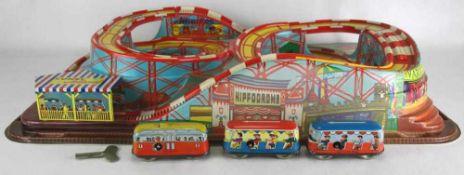 Technofix Coney Island 1940-er Jahre. Plastikbahn mit drei Blechwagen mit Uhrwerkaufzug. Größe ca.