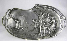Jugendstil Tablett Deutsch um 1900. Zinn mit reliefertem Motiv der jagenden Diana mit Gefolge. Größe