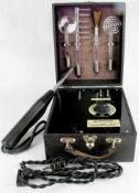 Medizinisches Gerät. Alphaton Triberg, 20. Jahrhundert. 110/220 Volt mit diversen Glaszylindern.