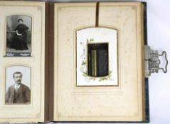 Fotoalbum mit Spieluhr. 19. Jahrhundert. Ca. 50 Fotos. Walzenspielwerk funktioniert mit Öffnen des
