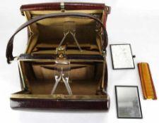 Zwei Handtaschen. Deutsch 20. Jahrhundert. Handanfertigungen um 1930. Leder mit Resten der