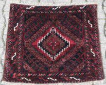 Turkmene. Wolle. 19./20. Jahrhundert. Kleiner Nomadenteppich in Rottönen mit weißen Haken in der